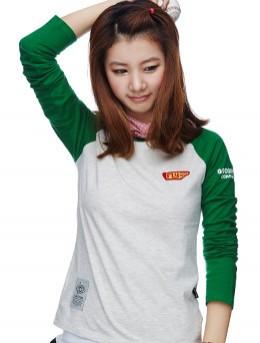 米+绿色 撞色插肩长袖印花T恤