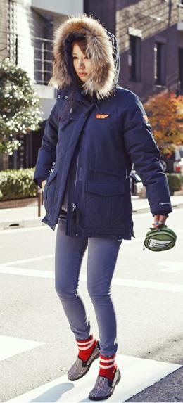海军蓝色 纯色毛领连帽大衣