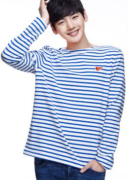 白+蓝色 自然收边清爽条纹T恤